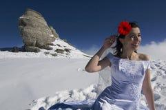 Mariée avec la fleur rouge dans le cheveu. Image stock