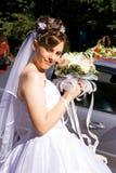 Mariée avec le bouquet des fleurs Images stock