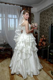 Mariée avec le bouquet floral Images stock