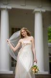 Mariée avec le soufflement de voile Images libres de droits