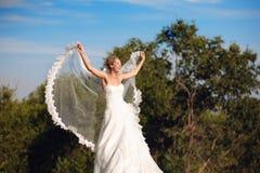 Mariée avec le voile sous la forme des ailes Photo stock