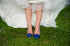Mariée avec les chaussures bleues de haut talon Photos stock
