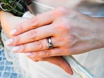 Mariée avec son le diamant et boucles de mariage Photographie stock libre de droits