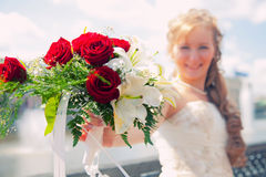 Mariée avec un groupe de fleurs Photos libres de droits