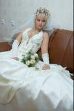 Mariée avec un groupe de fleurs Image stock