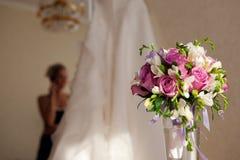 Mariée, bouquet et robe de mariage Photos stock