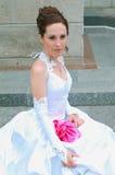 Mariée contre le mur de briques Photographie stock libre de droits