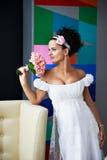 Mariée curieuse avec un bouquet de mariage Images libres de droits