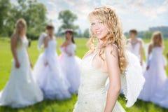 Mariée d'amorce avec des groupes de mariée Photographie stock libre de droits