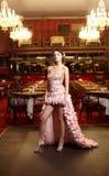 Mariée d'Exy dans la robe de mariage exceptionnelle dans le restaurant Photos libres de droits