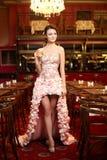 Mariée d'Exy dans la robe de mariage exceptionnelle dans le restaurant Images stock