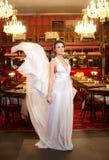 Mariée dans la robe de mariage de vol dans le restaurant Image libre de droits