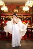 Mariée dans la robe de mariage de vol dans le restaurant Image stock