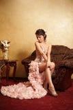 Mariée dans la robe de mariage exceptionnelle dans dans l'intérieur Photo libre de droits