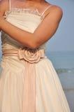 Mariée dans la robe de mariage sous le coucher du soleil dans la plage Images stock