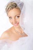 Mariée dans le voile blanc souriant et regardant l'appareil-photo. photographie stock