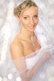 Mariée dans le voile blanc souriant et regardant l'appareil-photo. images stock
