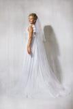 Mariée dans robe blanche de mariage la longue. Sourire. image libre de droits
