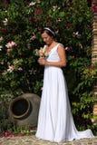 Mariée dans un jardin Photo stock