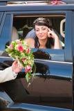Mariée dans un véhicule Image stock