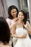 Mariée de aide d'ami. Photos libres de droits