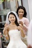 Mariée de aide d'ami. Photographie stock