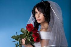 Mariée de Brunette avec les roses rouges Photos libres de droits