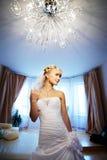 Mariée de luxe dans l'intérieur de l'hôtel Photos stock