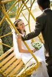 Mariée de oscillation de marié sur l'oscillation Image stock