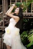 Mariée de sourire avec la coiffure bouclée de mariage Images stock