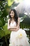 Mariée de sourire avec la coiffure bouclée de mariage Image libre de droits