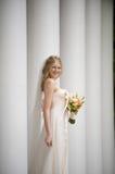 Mariée de sourire contre une ligne des fléaux Photos libres de droits