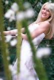 Mariée derrière des fleurs Photo libre de droits