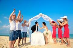 Mariée donnant à son marié un dégagement de gâteau de mariage. Image libre de droits