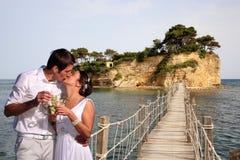 Mariée et groon sur une passerelle Photo stock