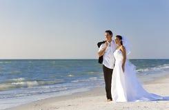 Mariée et ménages mariés par marié au mariage de plage Images libres de droits