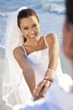 Mariée et ménages mariés par marié au mariage de plage Image libre de droits