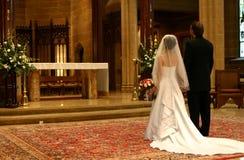 Mariée et marié à l'autel (plan rapproché) image stock