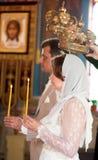 Mariée et marié à la cérémonie de mariage orthodoxe Photos stock