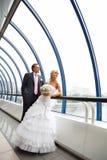 Mariée et marié au centre d'affaires de passerelle Photos stock