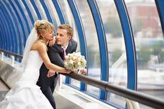 Mariée et marié au centre d'affaires de passerelle Photographie stock libre de droits