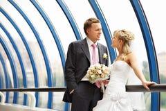 Mariée et marié au centre d'affaires de passerelle Image libre de droits