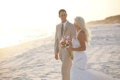 Mariée et marié au coucher du soleil photographie stock