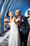 Mariée et marié dans l'intérieur bleu Images libres de droits