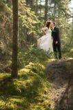 Mariée et marié dans la forêt avec l'orientation molle Photographie stock