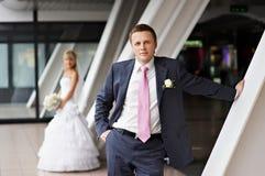 Mariée et marié dans les intérieurs du centre d'affaires Photographie stock libre de droits