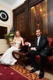 Mariée et marié dans les présidences rouges Photos libres de droits