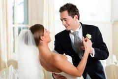 Mariée et marié dansant la première danse Image libre de droits