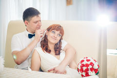 Mariée et marié drôles photos libres de droits