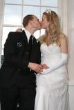 Mariée et marié embrassant avec des bulles Photo stock